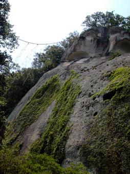 ご神体は高さ70メートルの巨岩、花窟(はなのいわや)神社 (三重)