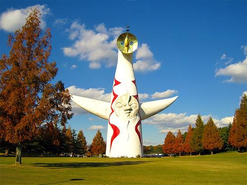 万博記念公園内の熱い「太陽の塔」(大阪)