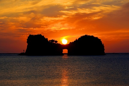 まん丸お月様を抱いた円月島(和歌山)